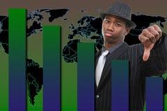Uomo d'affari con il pollice giù sopra la priorità bassa di caduta del grafico Immagine Stock Libera da Diritti