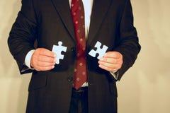 Uomo d'affari con il puzzle Fotografie Stock Libere da Diritti