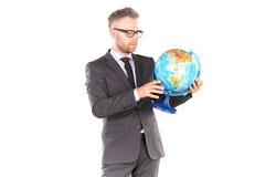 Uomo d'affari con il puzzle del globo 3D Fotografie Stock