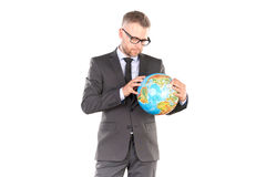 Uomo d'affari con il puzzle del globo 3D Immagine Stock Libera da Diritti