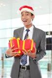 Uomo d'affari con il regalo di natale fotografia stock libera da diritti