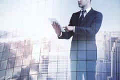 Uomo d'affari con il ridurre in pani digitale Immagini Stock