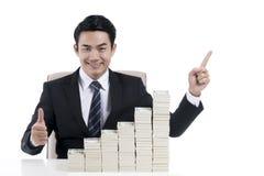 Uomo d'affari con il segno della mano così eccellente e l'impilamento della banca Immagini Stock