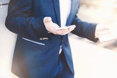 Uomo d'affari con il telefono a disposizione Fotografie Stock