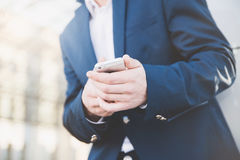 Uomo d'affari con il telefono a disposizione Immagini Stock Libere da Diritti