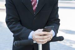 Uomo d'affari con il telefono sul volante fotografia stock