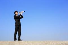 Uomo d'affari con il telescopio che osserva in avanti Immagini Stock Libere da Diritti