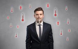 Uomo d'affari con il termometro ed il concetto di febbre fotografia stock