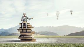Uomo d'affari con il vecchio libro Media misti Fotografie Stock