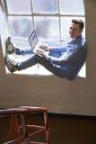 Uomo d'affari con indifferenza vestito Working On Stairs in ufficio immagini stock
