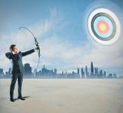 Uomo d'affari con l'arco e la freccia Fotografia Stock
