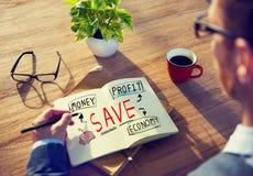 Uomo d'affari con l'edizione di risparmio e finanziaria Immagine Stock Libera da Diritti