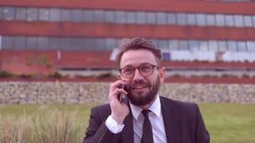 Uomo d'affari con la barba stock footage