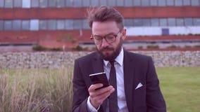 Uomo d'affari con la barba archivi video