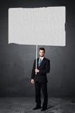 Uomo d'affari con la carta in bianco del libretto Immagini Stock