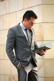 Uomo d'affari con la compressa del iPad Fotografia Stock