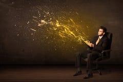 Uomo d'affari con la compressa ed esplosione di energia su fondo Fotografia Stock Libera da Diritti