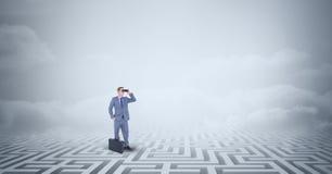 Uomo d'affari con la condizione della cartella perso in labirinto illustrazione di stock