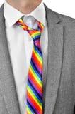 Uomo d'affari con la cravatta dell'arcobaleno Fotografie Stock Libere da Diritti