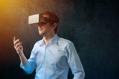 Uomo d'affari con la cuffia avricolare degli occhiali di protezione di VR Fotografia Stock Libera da Diritti