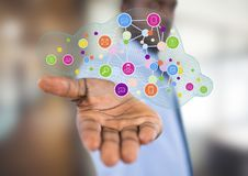 uomo d'affari con la diffusione della mano con delle icone dell'applicazione più UFFICIO VAGO Fotografia Stock Libera da Diritti