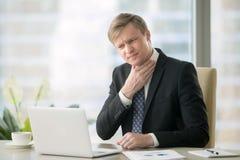 Uomo d'affari con la gola irritata immagini stock libere da diritti