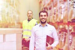 Uomo d'affari con la lavagna per appunti sopra il caricatore del magazzino Fotografia Stock Libera da Diritti