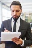 Uomo d'affari con la lista di controllo Immagine Stock