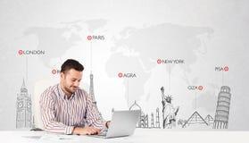 Uomo d'affari con la mappa di mondo ed i punti di riferimento importanti del mondo Fotografie Stock