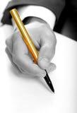 Uomo d'affari con la penna dell'oro Fotografia Stock Libera da Diritti
