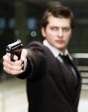 Uomo d'affari con la pistola immagini stock
