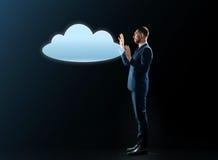 Uomo d'affari con la proiezione della nuvola Immagini Stock Libere da Diritti