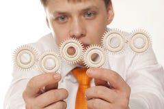 Uomo d'affari con la ruota dentata Fotografie Stock Libere da Diritti