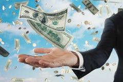 Uomo d'affari con le banconote piovose sopra il fondo del cielo Concetto di successo, della carriera e di grande reddito Immagine Stock Libera da Diritti