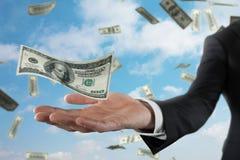 Uomo d'affari con le banconote piovose sopra il fondo del cielo Concetto di successo, della carriera e di grande reddito Immagini Stock