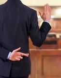 Uomo d'affari con le dita attraversate. Immagini Stock