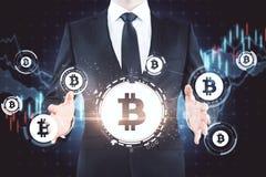 Uomo d'affari con le icone del bitcoin fotografia stock