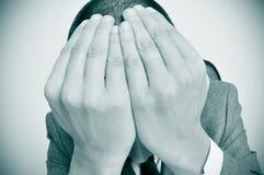Uomo d'affari con le sue mani nel suo testa Fotografia Stock