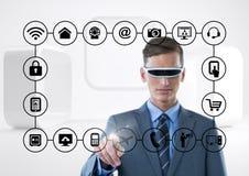 Uomo d'affari con per mezzo della cuffia avricolare di realtà virtuale che tocca le icone di collegamento Fotografia Stock Libera da Diritti