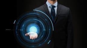 Uomo d'affari con proiezione virtuale sopra il nero Fotografia Stock