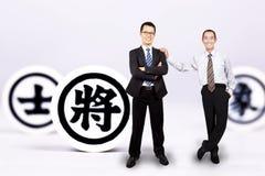Uomo d'affari con scacchi cinesi Fotografia Stock