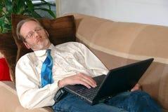 Uomo d'affari con sonno del computer portatile Fotografia Stock