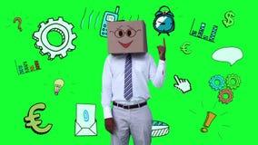Uomo d'affari con un cartone sulla testa che indica ad una sveglia animata royalty illustrazione gratis