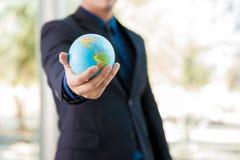 Uomo d'affari con un globo Immagine Stock