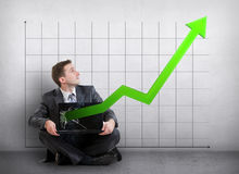 Uomo d'affari con un grafico che mostra crescita fotografie stock