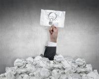 Uomo d'affari con un'idea sotto carta sgualcita Fotografia Stock Libera da Diritti