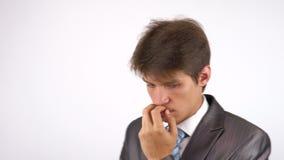 Uomo d'affari con un pensiero dopo la perdita di gran affare video d archivio
