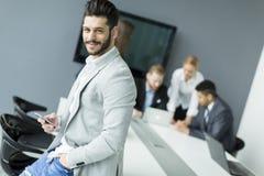 Uomo d'affari con un telefono Immagine Stock