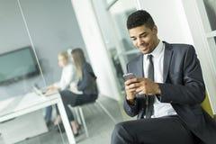 Uomo d'affari con un telefono Fotografia Stock Libera da Diritti