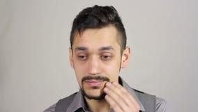 Uomo d'affari con una barba che pensa dopo la perdita di gran affare video d archivio